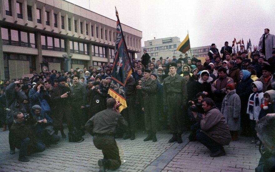 Mokomojo Junginio karių priesaika prie parlamento 1991 kovo 11 d. (Tado Dambrausko nuotr.)