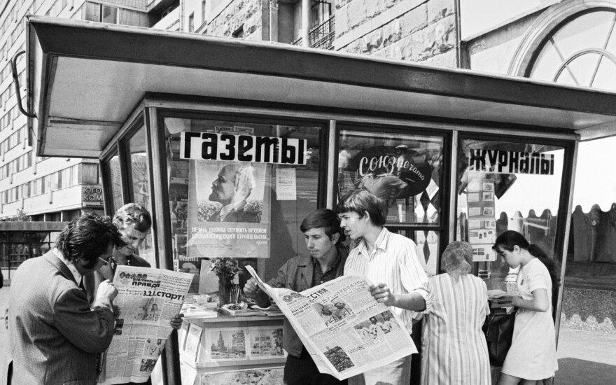 """Sovietinės """"linksmybės"""": komjaunimo susirinkimas 10A"""