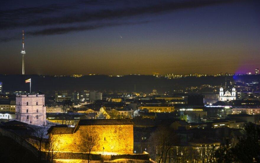 Skriejančią kometą užfiksavo Vilniaus peizaže