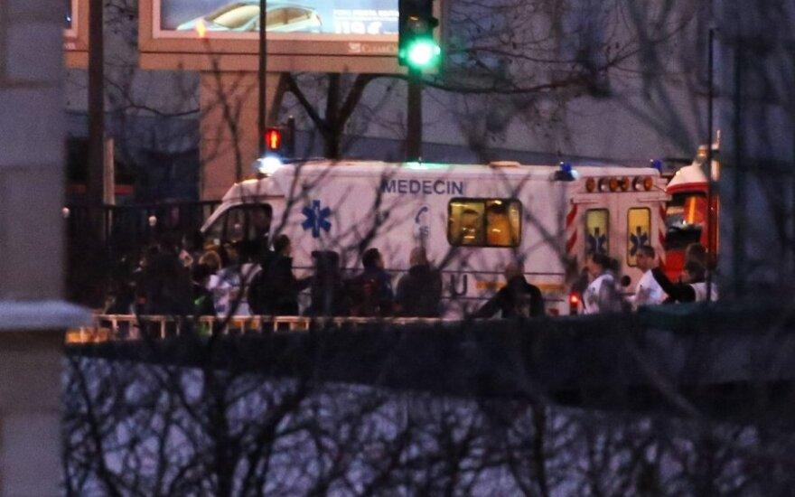 Drama Paryžiuje: vienas teroristas nušautas, jo mergina pabėgo