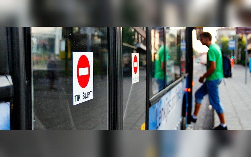 Viešojo transporto įmonė priešinasi A.Zuoko norui naikinti įlipimo pro priekines duris tvarką