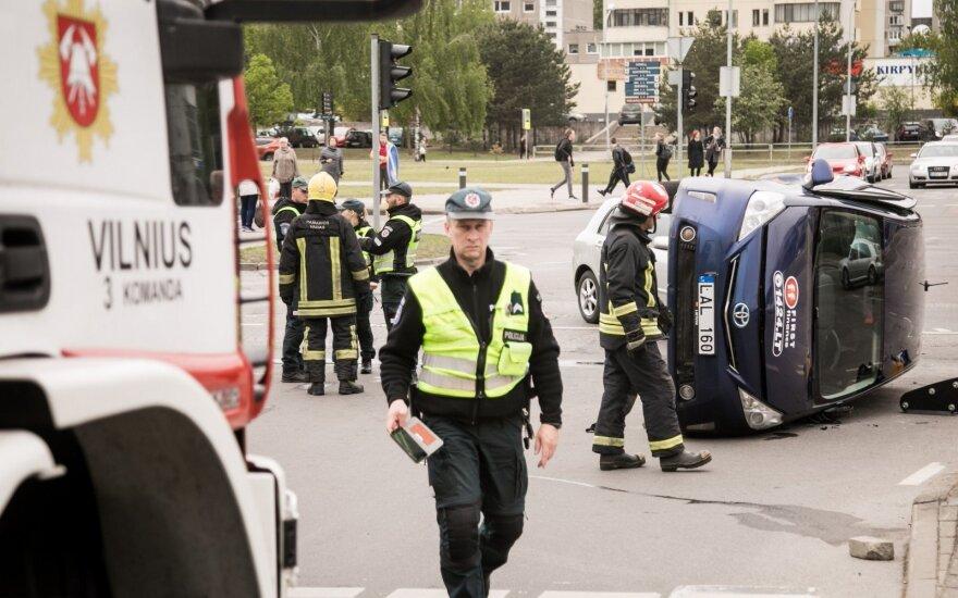Vilniuje avarija užtvėrė gatvę, vienas automobilių apvirto