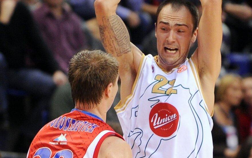 """Damiras Markota (""""Olimpija"""", su kamuoliu) prieš Andrejų Voroncevičių (CSKA)"""