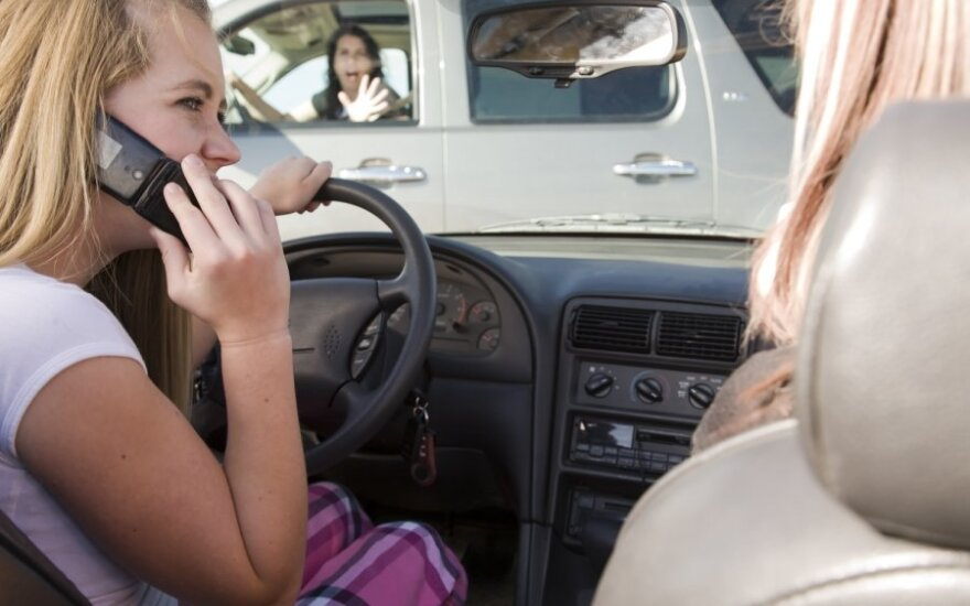 Policija kontroliuos, kad vairuotojai nekalbėtų telefonu