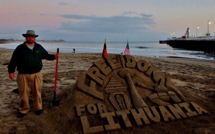 Amerikos paplūdimyje iškilo smėlio skulptūra Lietuvos laisvei