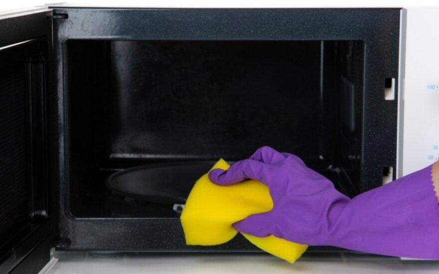 Gudrybės, padėsiančios greitai išvalyti mikrobangų krosnelę: dvi namuose randamos natūralios priemonės padarys stebuklus