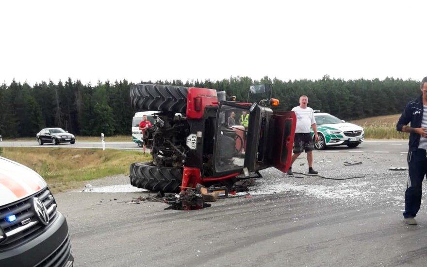 """Prie Paluknio """"Toyota Prius"""" apvertė traktorių, automobilio vairuotojas sveikas, o traktorininkas ligoninėje"""