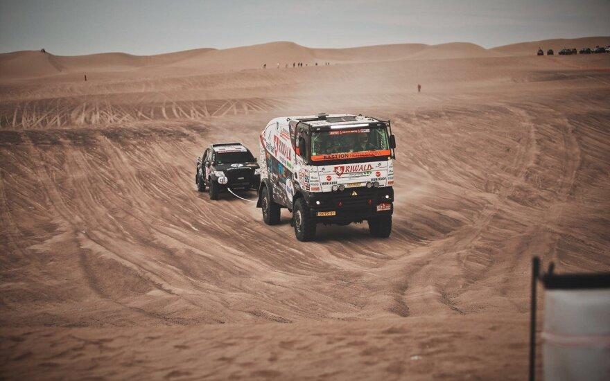Benedikto Vanago automobilį į finišą parvilko sunkvežimis