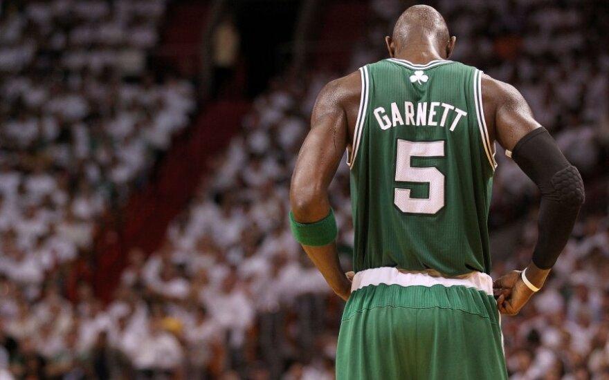 """K.Garnettas rungtyniaus """"centro"""" pozicijoje"""