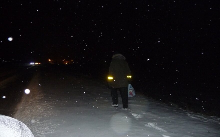 Keturi būdai, kaip pėsčiajam tamsoje apie save pranešti važiuojantiems automobiliais
