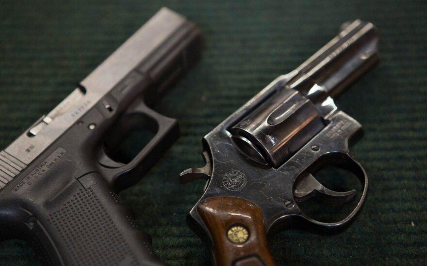 Kaune, prekybos centro tualete, rasta ginklų