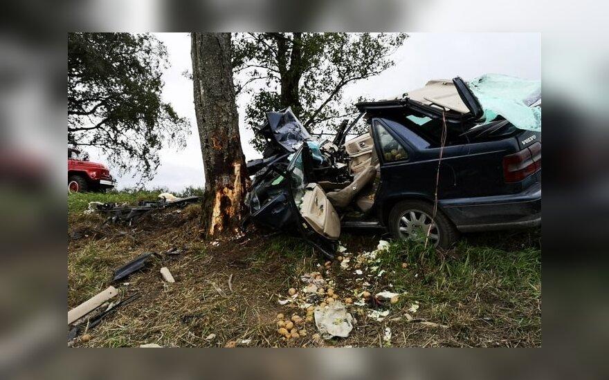 Į avariją kelyje Sakučiai–Žemaitkiemis išsiųstos visos pajėgos: prispausti trys žmonės, du jų žuvo