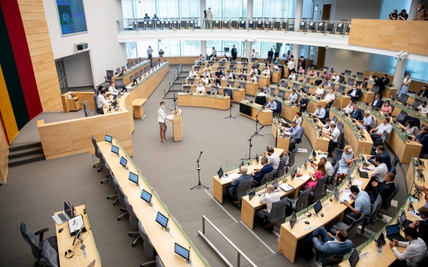 Per pusmetį parlamentinei veiklai išleido beveik 700 tūkst. eurų: kai kurių parlamentarų eilutėse ir dviženklės sumos