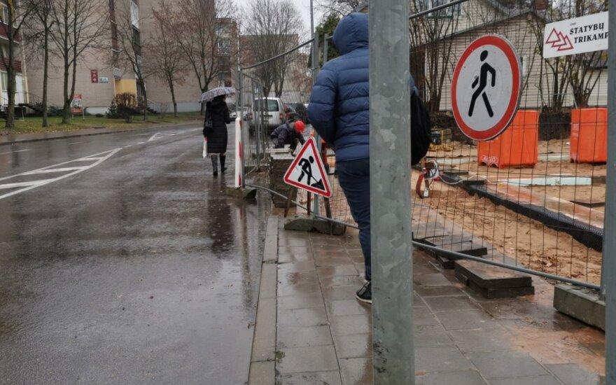 Statybos Panevėžyje pėsčiuosius išginė į gatvę: priversti kone lįsti po automobilių ratais