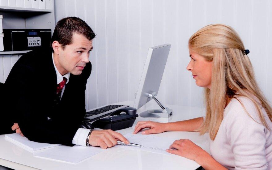 Moteris pamilo notarą, padėjusį jai skyrybų metu.