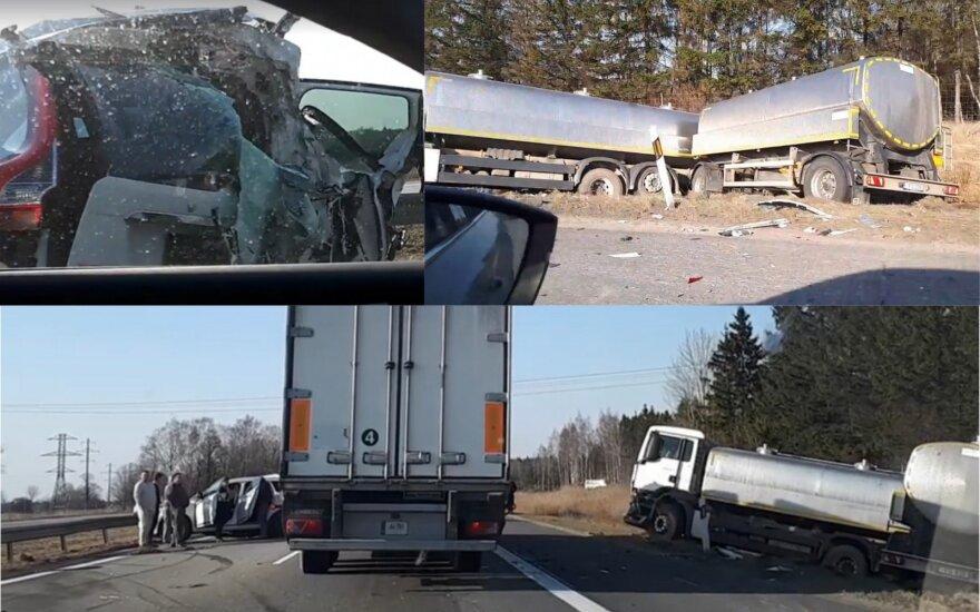 """Avarija kelyje Kaunas–Klaipėda: sunkvežimis sumaitojo """"Volvo"""" automobilį"""