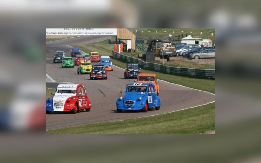 """Anglijoje vyko 24-osios """"Citroën 2CV"""" lenktynės"""