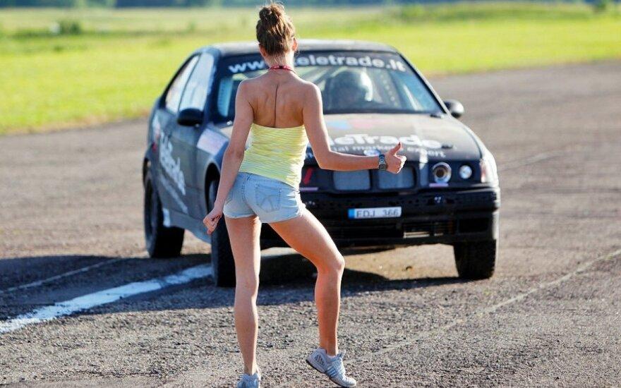 Moterys šokdins automobilius