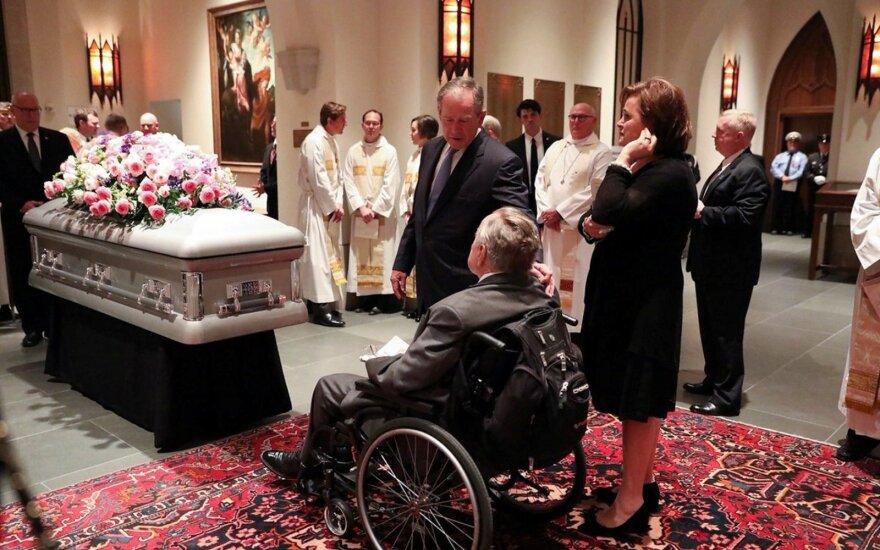George'as H. W. Bushas po žmonos laidotuvių paguldytas į ligoninę
