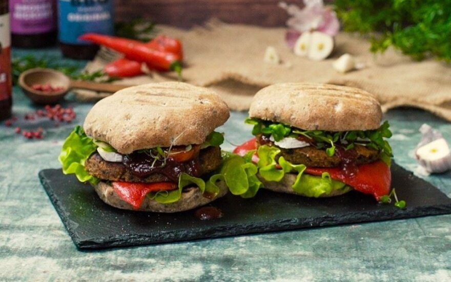 Vegetariški mėsainiai su bolivinių balandų, juodųjų pupelių ir morkų paplotėliais