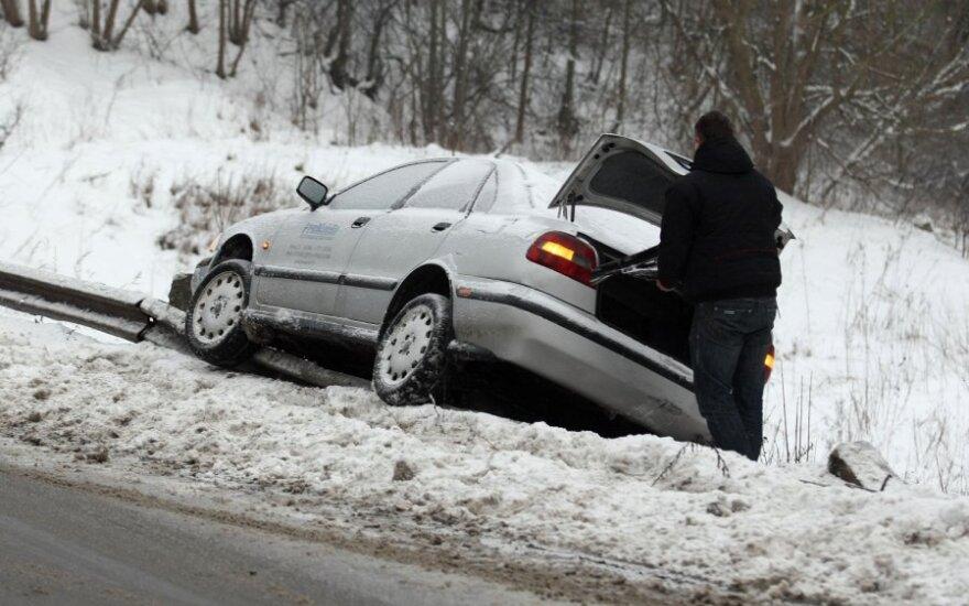 Automobilis nuslydo nuo kelio