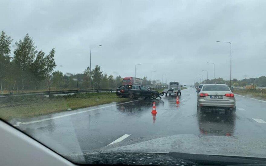 A1 kelyje, ties Kaunu, BMW rėžėsi į atitvarus: pranešama apie susidariusias spūstis
