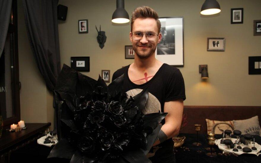Floristo Antano Mažono sukurta juodų gėlių puokštė pribloškė jubilijatę