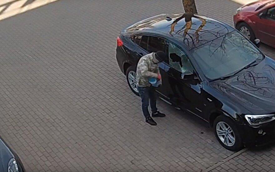 """Policija prašo atpažinti vyrą, Kaune pasikėsinusį padegti """"BMW X4"""""""
