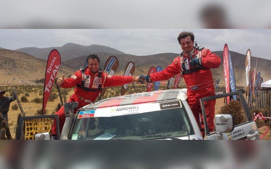 """Antanas Juknevičius (dešinėje) ir Vytautas Obolevičius po finišo Dakaro ralyje (""""Žalvaris-Dakar"""" komandos nuotr.)"""