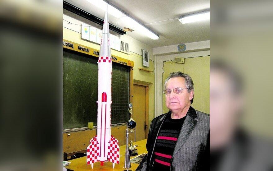 Radviliškio Vaižganto gimnazijos fizikos mokytojas Viktoras Karmonas