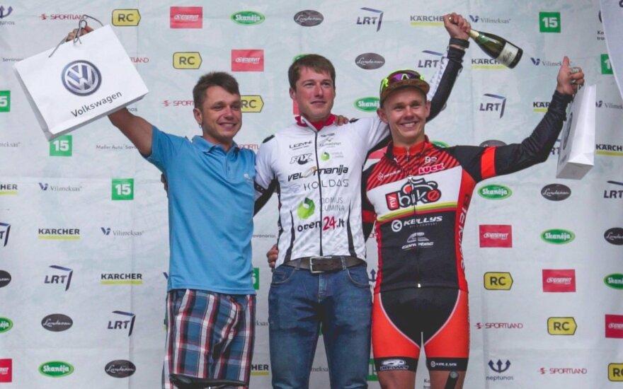 MTB maratonų taurės etapo Druskininkuose prizininkai, viduryje – E. Gudiškis, kairėje E. Kovaliovas, dešinėje – D. Manikas.