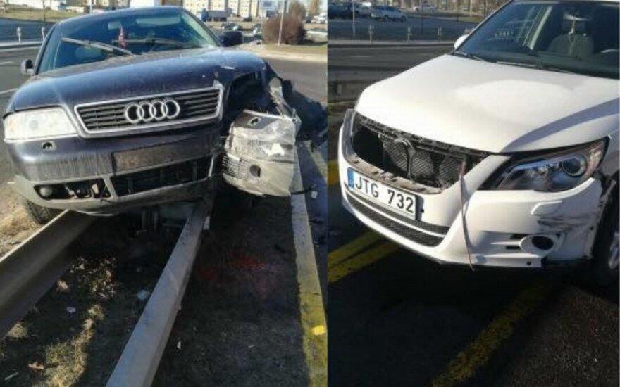 Klaipėdoje per avariją automobilis užvažiavo ant atitvaro