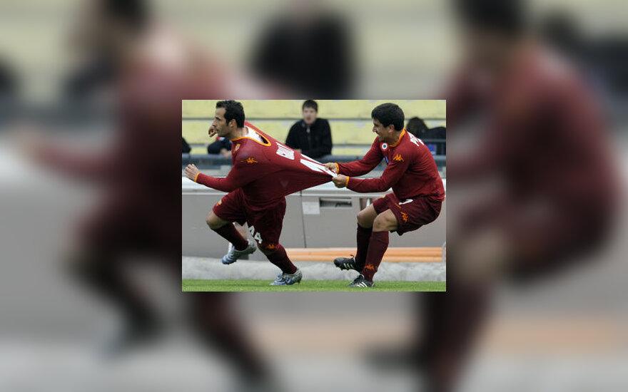 """Ludovic Giuly (kairėje)ir David Marcelo Cortes Pizarro (""""AS Roma"""") džiaugiasi įvarčiu"""