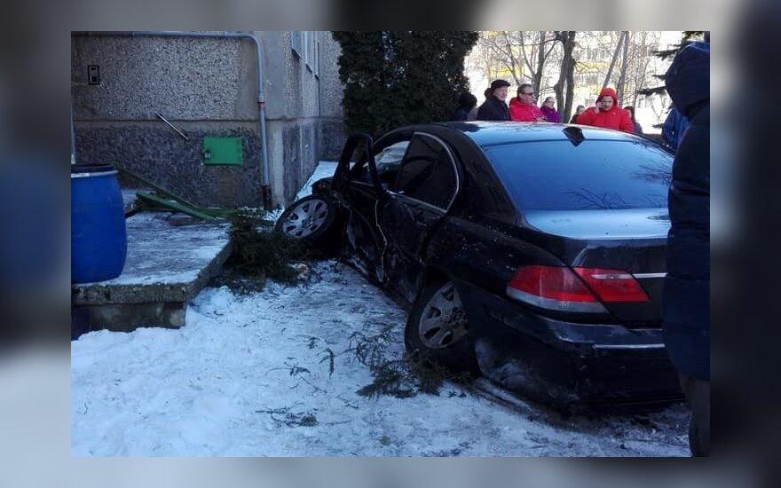 Marijampolėje BMW rėžėsi į daugiabutį – nuo smūgio išlūžo automobilio ratai