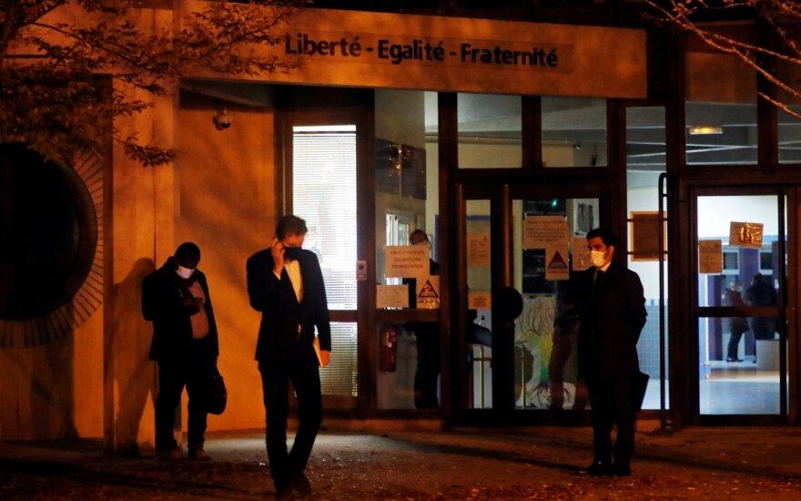 Brutalus išpuolis netoli Paryžiaus: Mohammedo karikatūras parodžiusiam mokytojui nukirsta galva