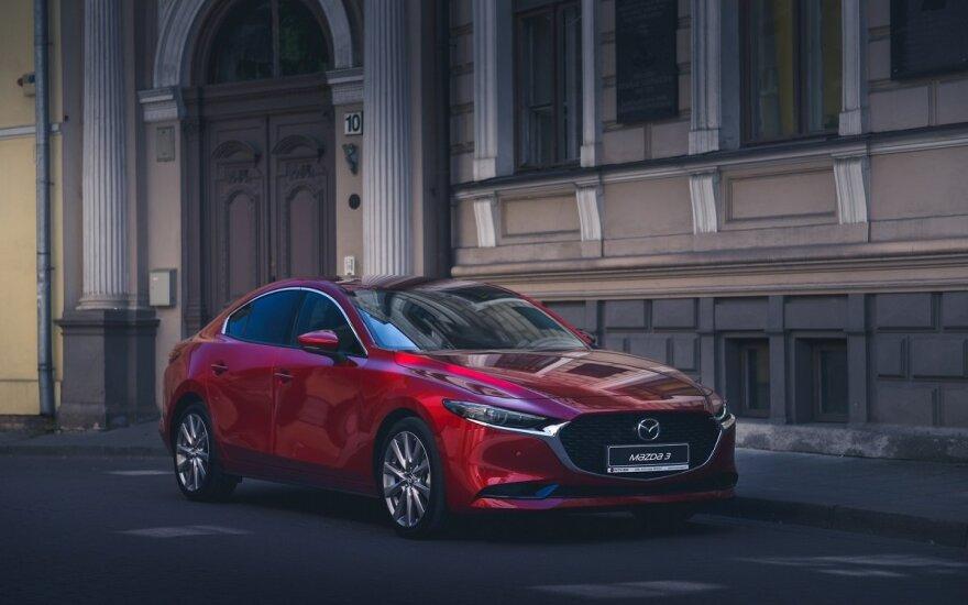 """Į Lietuvą atvežtas """"Mazda 3"""" sedanas"""