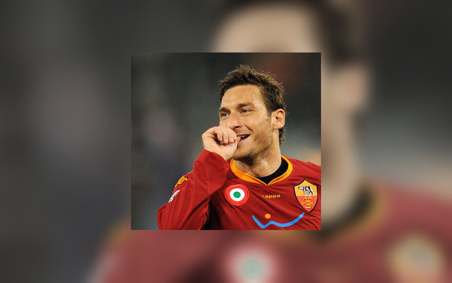 """Francesco Totti (""""AS Roma"""") tradiciškai džiaugiasi įvarčiu"""