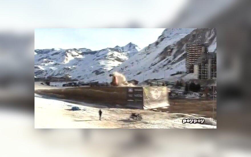 110 metrų automobiliu mėginęs peršokti prancūzas vos neužsimušė