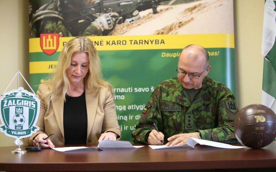 Vilma Venslovaitienė ir pulkininkas Arūnas Balčiūnas / Foto: fkzalgiris.lt