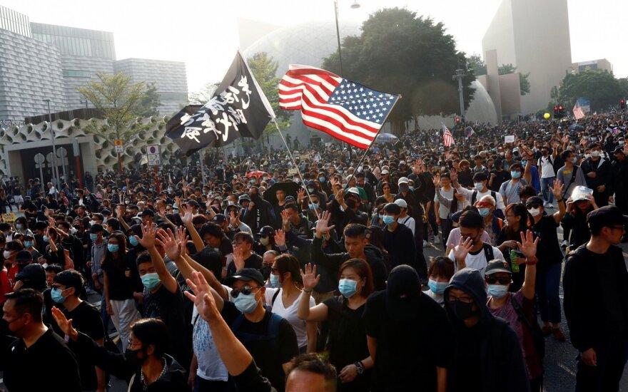 Honkonge protestuotojai grįžo į gatves ir dėkojo JAV