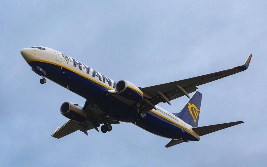 """""""Ryanair"""" tyliai pakėlė rankinio bagažo kainas"""