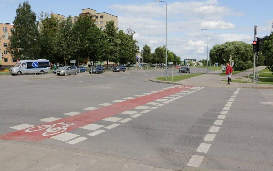 Važiuodami raudonai žymėta zona dviratininkai neprivalo nulipti nuo dviračio ir jį vestis. Tačiau raudona linija dviračių transporto priemonių savininkams pirmumo nesuteikia
