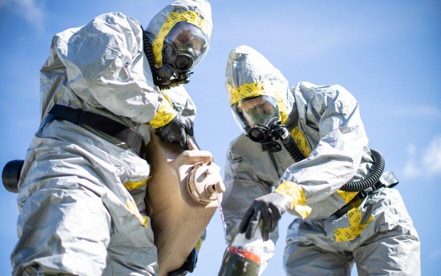 JAV jūrų pėstininkai cheminio ginklo simuliacijoje