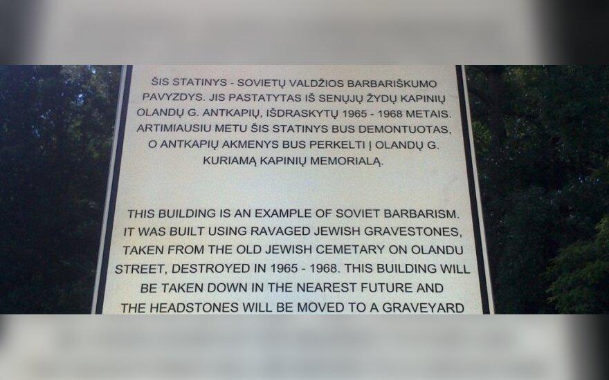 Ženklas, pranešantis, kad elektros pastotė iš žydų antkapių bus išmontuota (R. Šimašias nuotr.)