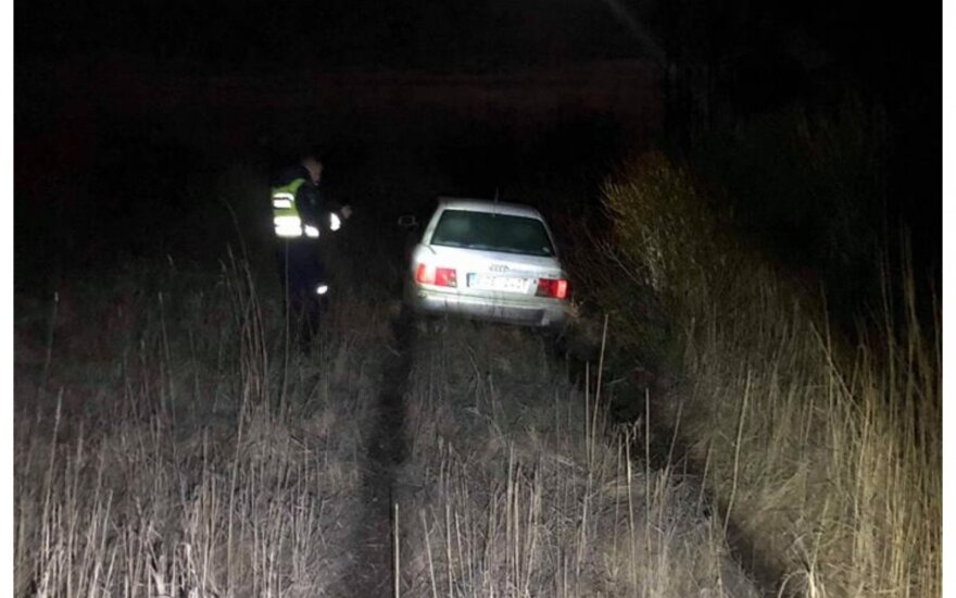 """Kelyje iš Šventosios į Darbėnus girtas """"Audi"""" vairuotojas tyčia sukėlė avariją ir bandė pabėgti laukais"""