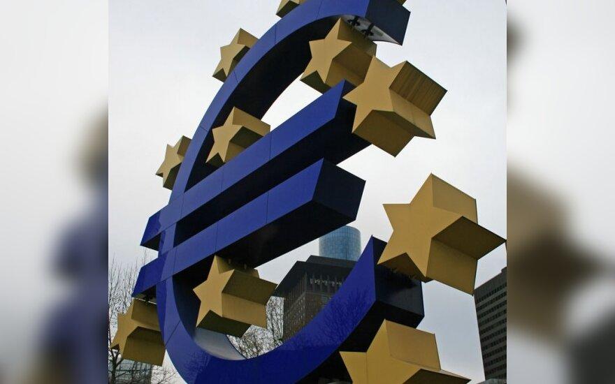 Euras krinta laukiant ECB sprendimo dėl bazinės palūkanų normos