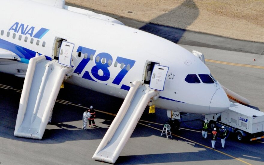 """Japonijoje evakuoti keleiviai iš avariniu būdu nutūpusio """"Dreamliner"""" lėktuvo"""