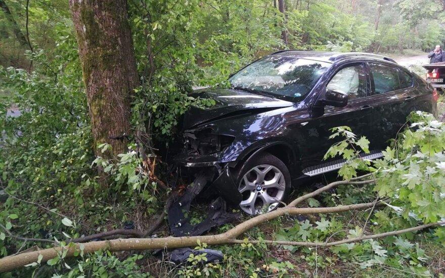 """Girto vilniečio """"BMW X6"""" Smiltynėje lėkė traiškydamas šiukšliadėžes ir suoliukus, kol rėžėsi į medį"""