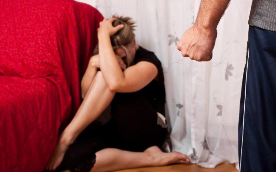 Girtas tėvas iš namų varė savo dukrą, grasino sumušti