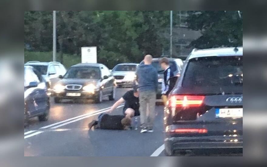 Nelaimė Vilniuje: motociklininkas partrenkė vyriškį, jam lūžo koja